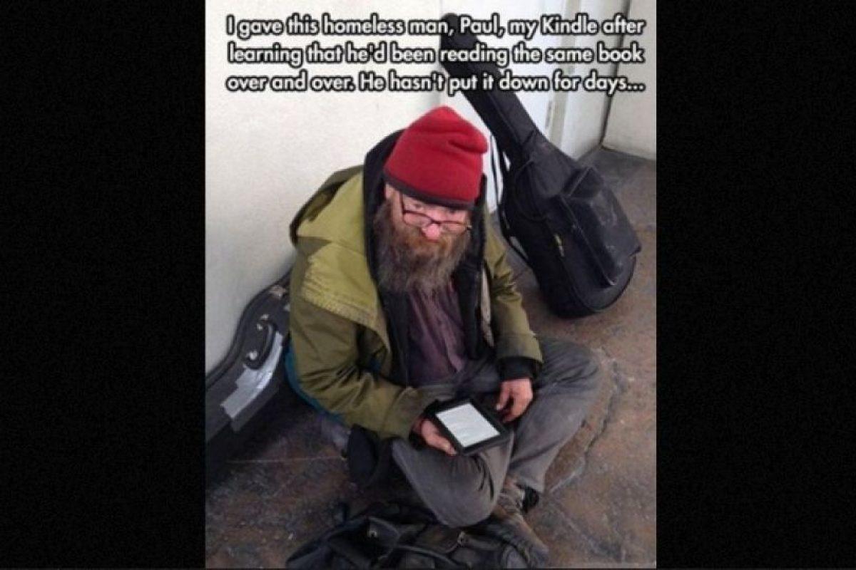 Un hombre le dio su tablet a un mendigo que siempre leía el mismo libro. Foto:Faith in Humanity Restored. Imagen Por: