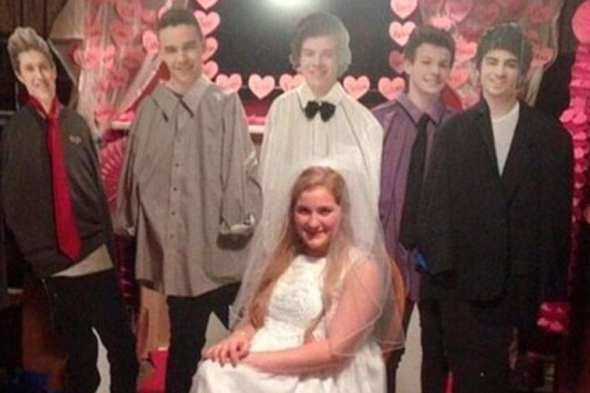 Le bastó que figuras de cartón la acompañaran en su sesión de fotos de bodas Foto:Imgur. Imagen Por: