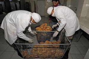 Las Fuerzas Armadas bolivianas tuvieron que ponerse a producir pan debido al conflicto que se tiene con los panaderos. Foto:AFP. Imagen Por: