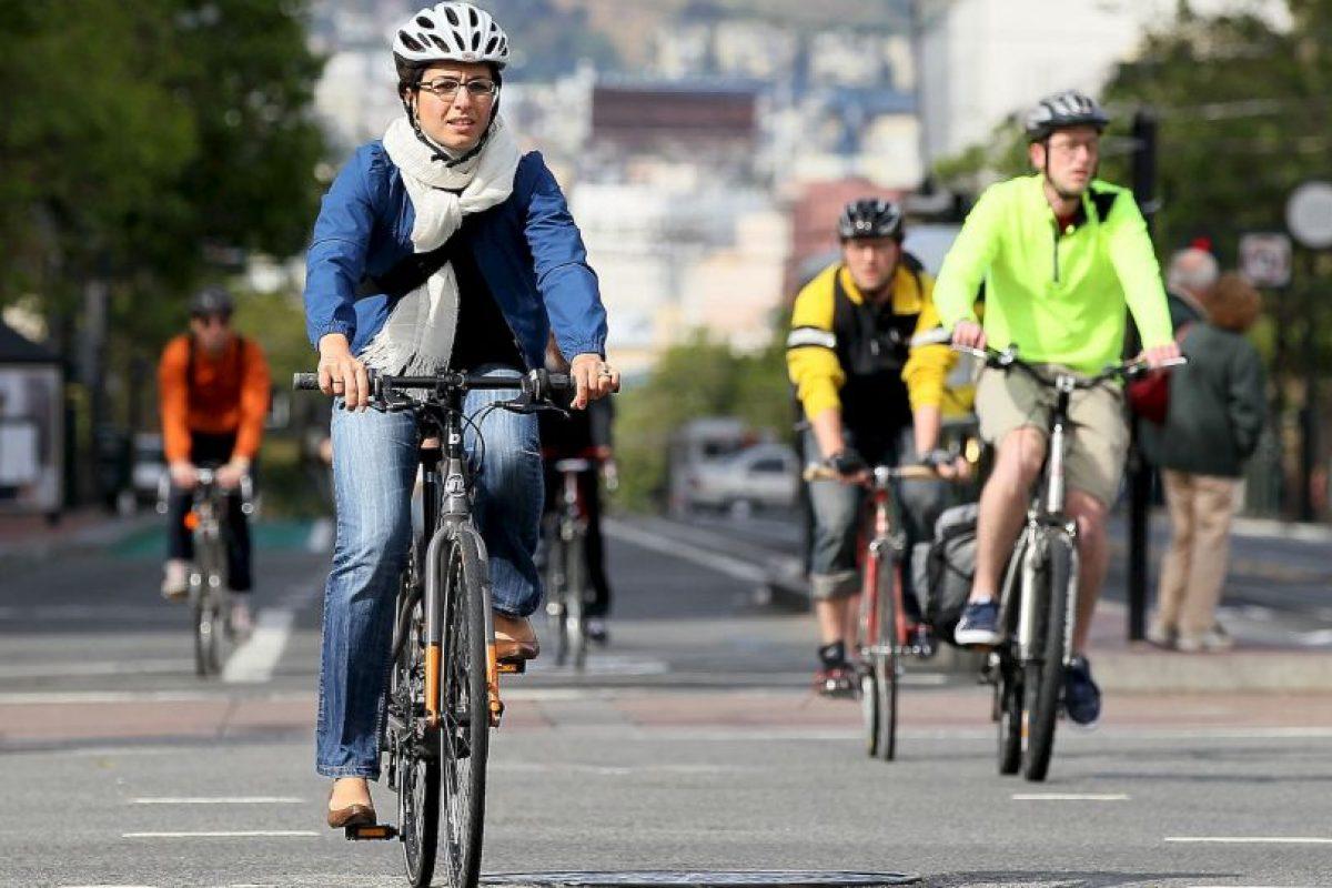 3. No utilizar dispositivos móvies mientras manejan la bicicleta Foto:Getty Images. Imagen Por: