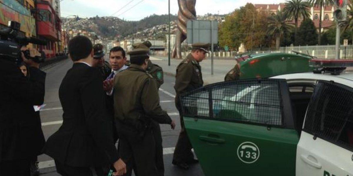 Detienen a Pastor Soto por protestar afuera del Congreso