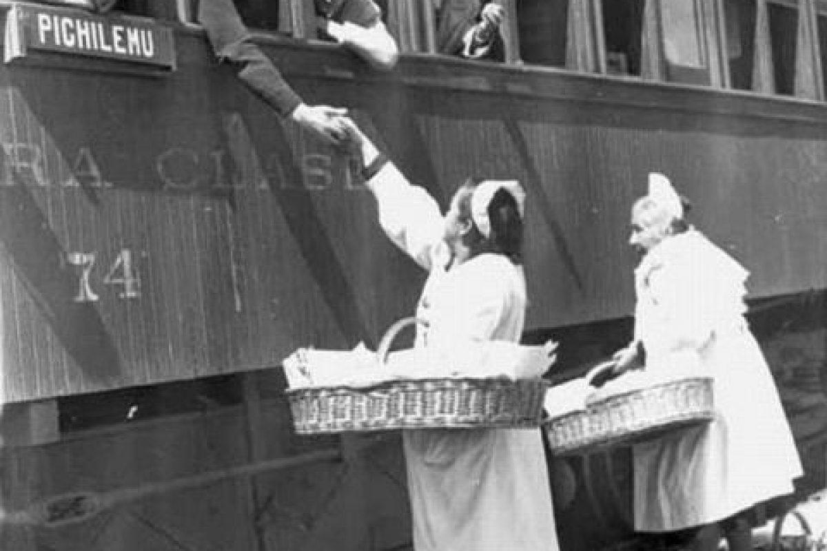 Vendedoras (palomitas), en la Estación de trenes de Pichilemu en el año 1951. Foto:Gentileza Fotos Históricas de Chile. Imagen Por: