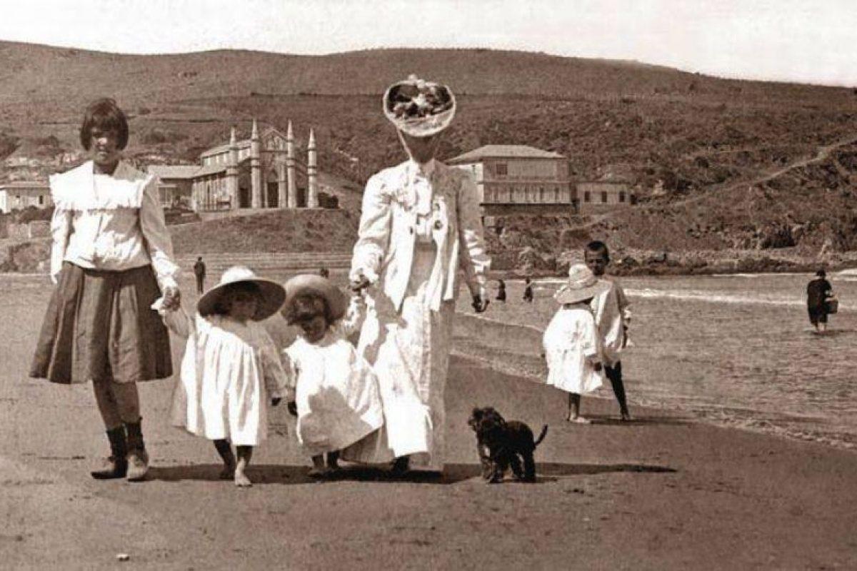 Veraneantes en Playa Chica del balneario de Cartagena, 1905. Foto:Gentileza Fotos Históricas de Chile. Imagen Por:
