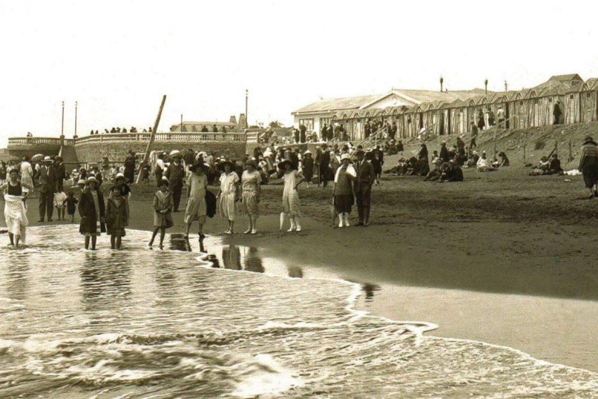 Personas en el balneario de Pichilemu, 1910. Foto:Gentileza Fotos Históricas de Chile. Imagen Por: