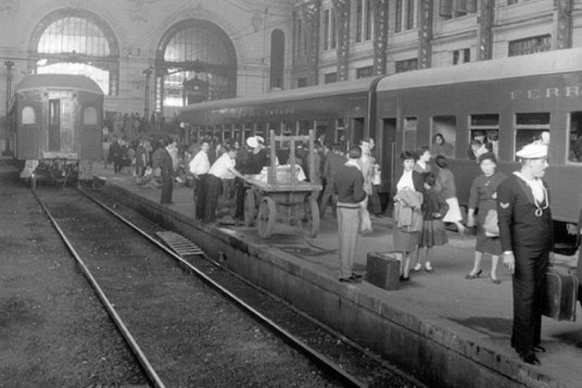 Pasajeros y andenes de la Estación Mapocho. Tren de Santiago a Valparaiso en 1950. Foto:Gentileza Fotos Históricas de Chile. Imagen Por:
