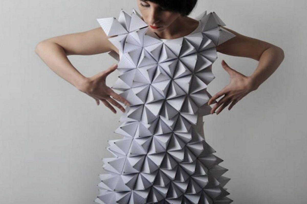 Vestido hecho con origami o con los juegos hechos en el colegio. Foto:vía Getty Images. Imagen Por: