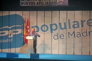 """Un candidato del Partido Popular español, Juan Soler, ha decidido hacer su propaganda político por la ciudad de Getafe, ubicada al sur de Madrid, regalando preservativos, acompañado de una tarjeta en la que se puede ver el eslogan """"Honradez y eficacia"""". Foto:Twitter @JuanIGetafe. Imagen Por:"""