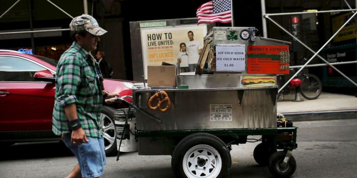 Despiden a hombre que vendía hot dogs por 30 dólares