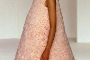 El vestido que te hace parecer un masmelo según Hussein Chalayan Foto:vía Getty Images. Imagen Por: