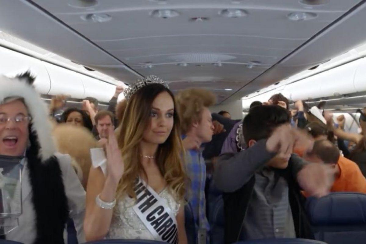 Mantener la atención de los pasajeros al momento de la demostración de seguridad es una tarea difícil y una forma de atraer su atención era la creación de este video. Foto:Vía Youtube/Delta. Imagen Por: