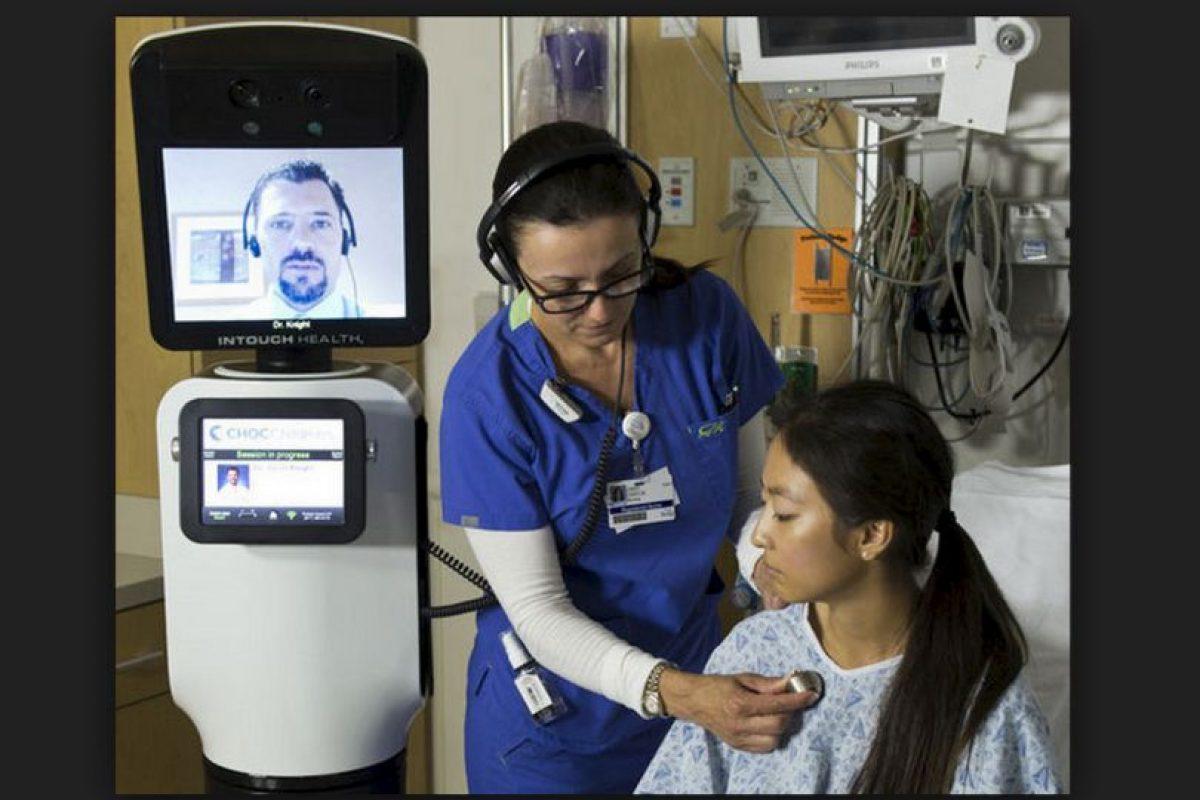 Los asistentes virtuales combinan unidades de telepresencia con herramientas de educación a distancia, un sistema que permite a los médicos atender a los pacientes sin estar presentes físicamente. Foto:iRobot / InTouch Health. Imagen Por: