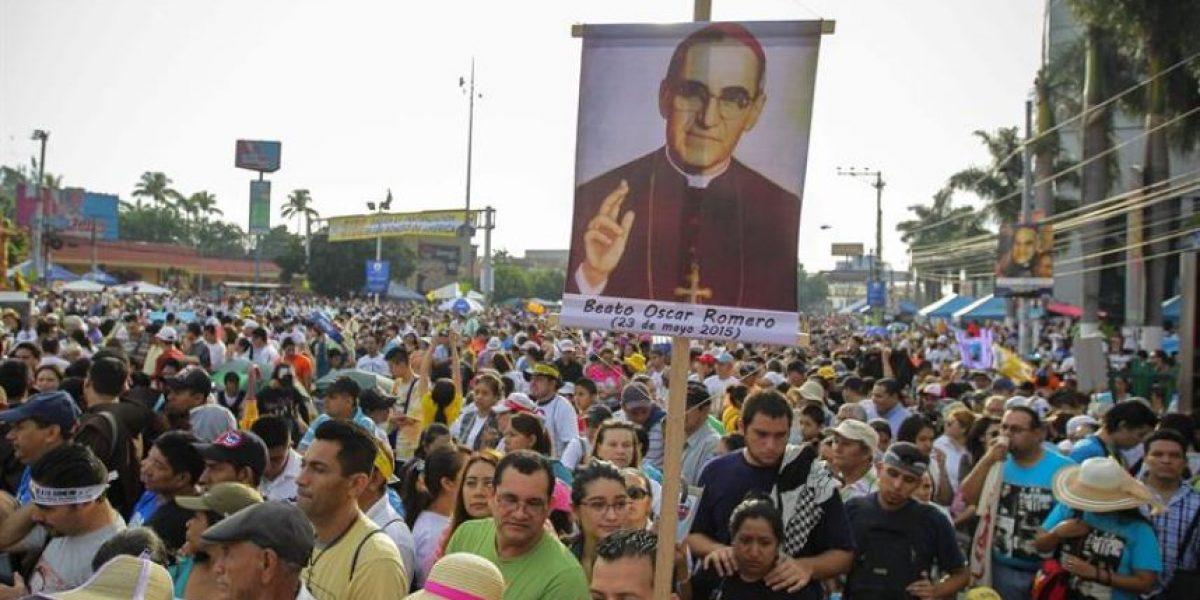 Miles de devotos llenan plaza salvadoreña elegida para beatificación Romero