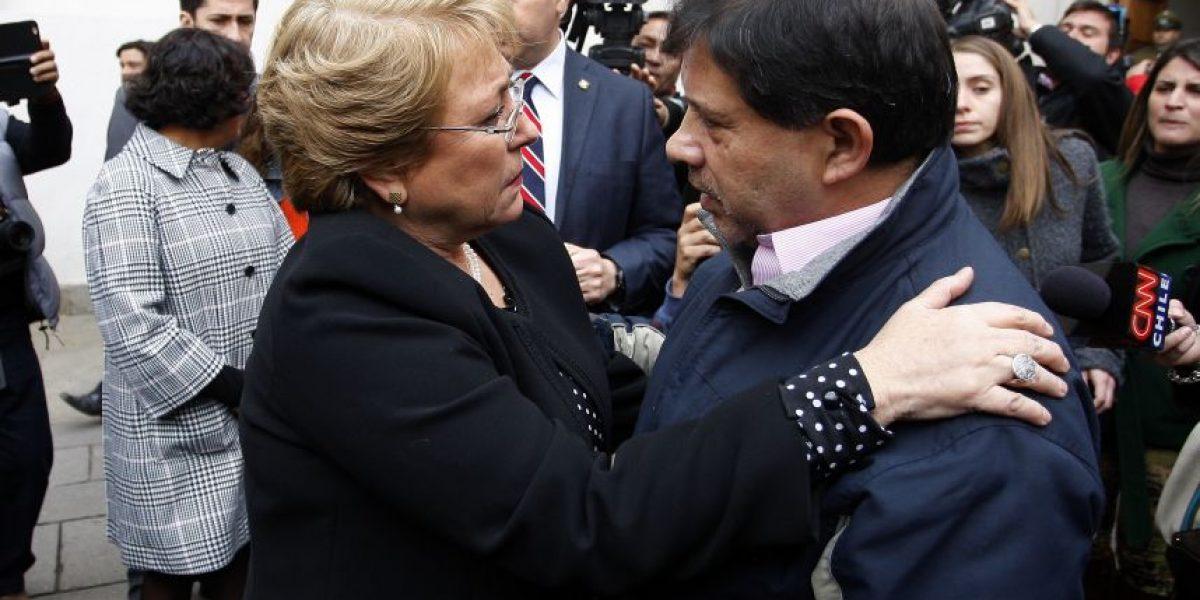 El emotivo abrazo entre Bachelet y padre de Rodrigo Avilés