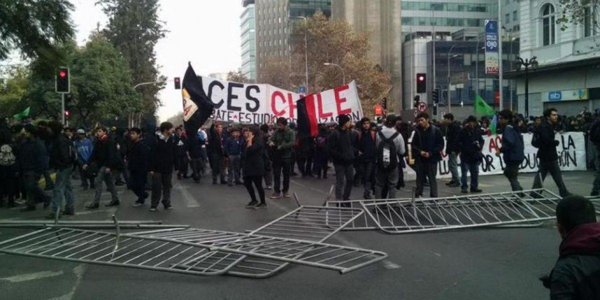 Secundarios se toman la Alameda y protestan frente a Mineduc