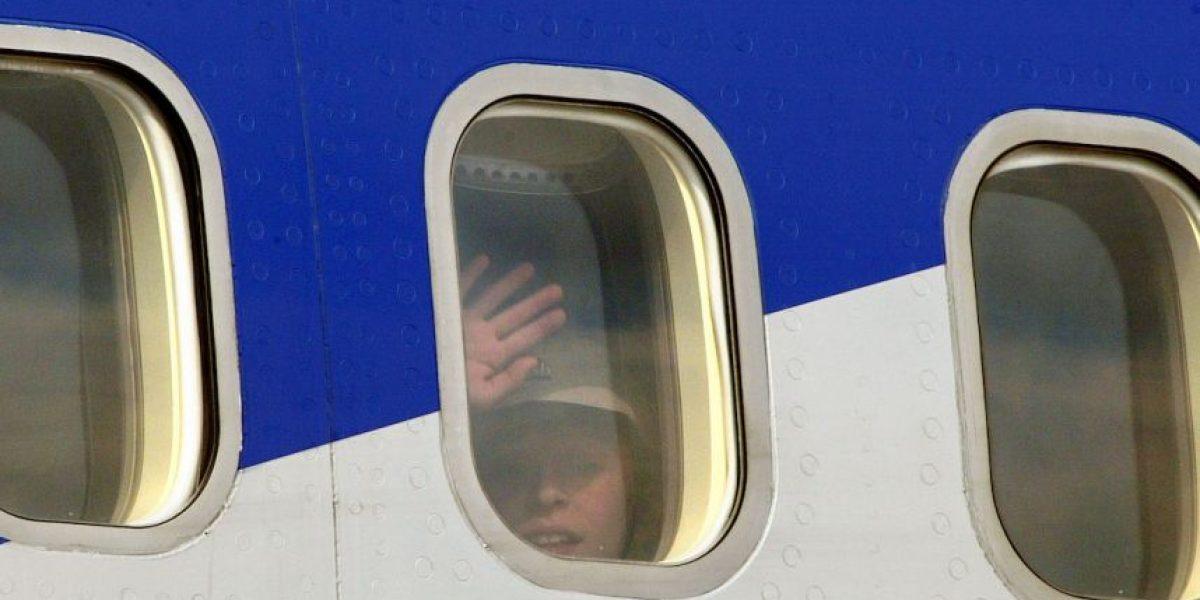 VIDEO: Hombre registra cómo la ventanilla de un avión se desprende
