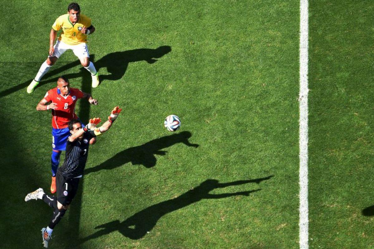 El arquero Claudio Bravo se ganó la titularidad en Barcelona Foto:Getty Images. Imagen Por: