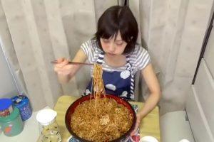 Los combinó con carne y mayonesa. Foto:vía Youtube/Yuka Kinoshita. Imagen Por: