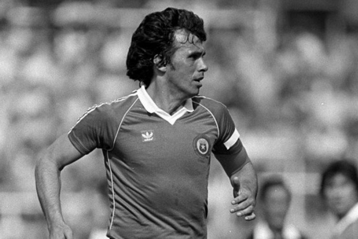 """Es considerado uno de los mejores futbolistas chilenos y defensas de la historia y se quedó cerca de ganar la Copa América en dos ocasiones. En 1967,él y la """"Roja"""" quedaron en tercer lugar y en 1979 perdieron la final del certamen ante Paraguay. Foto:FIFA. Imagen Por:"""