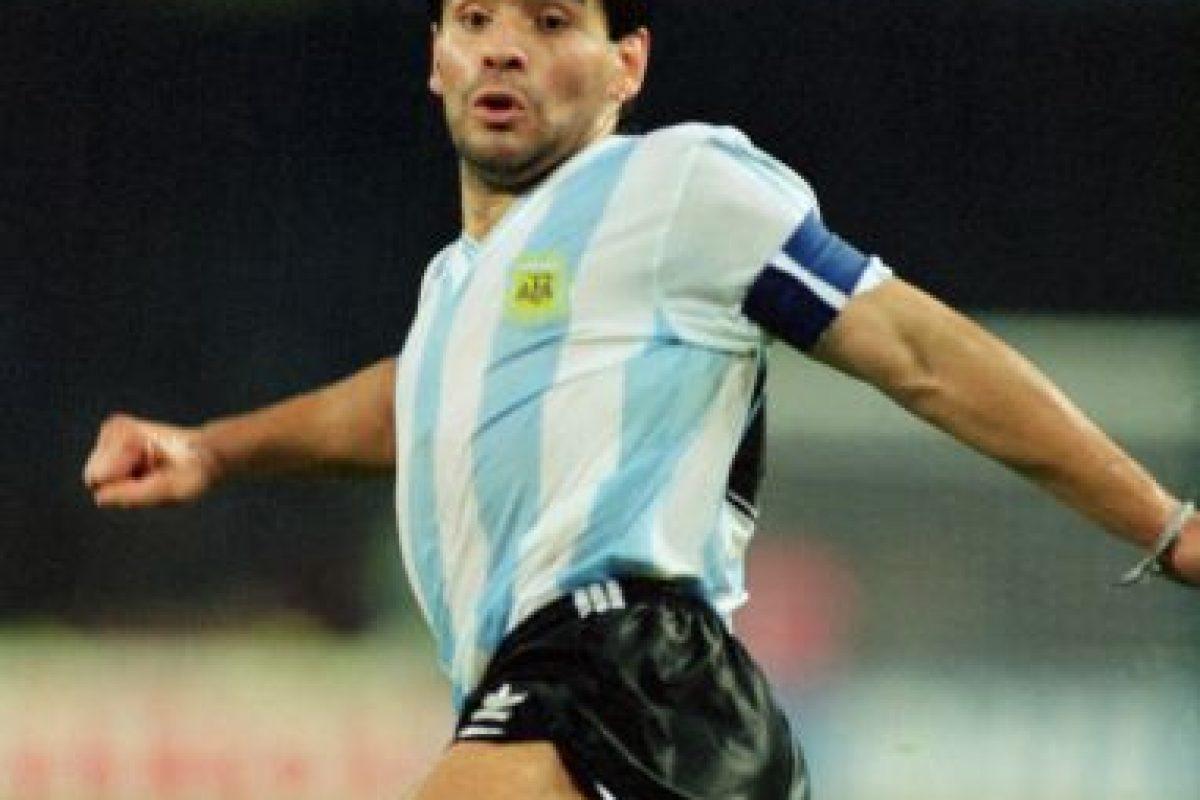 El ídolo argentino levantó una Copa del Mundo en 1986, pero la Copa América se le negó aunque tres veces intentó ganarla. En 1979, Argentina quedó en último lugar de grupo, en 1987 perdieron ante Uruguay en semifinales y en 1989, Brasil se quedó con el título en la fase final. Foto:Getty Images. Imagen Por: