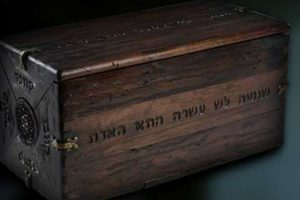 La caja dibbuk es un recipiente en donde se guardan vinos, pero acorde al folklore judío, en su interior vive un espeluznante demonio. El objeto saltó a la fama tras ser vendido en eBay en 2001, relatándose terribles historias sobre las personas que fueron dueñas de la particular figura. Foto:Reproducción. Imagen Por: