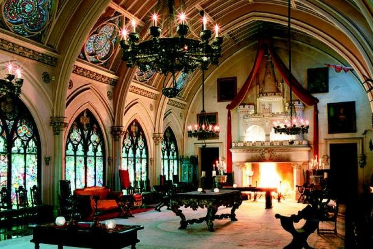 Las dos sillas que figuran en la imagen son parte del castillo Belcourt. Quienes se sientan allí comienzan a sentir frío, nauseas y presencias extrañas. Se dice que ambos objetos están unidos con dos espíritus. Foto:Reproducción. Imagen Por: