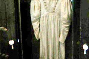 Anna Baker era una joven de una familia adinerada que en 1849 se enamoró de un hombre de clase obrera. Su padre no permitió la relación y desterró al amor de su hija. Y antes que eso aconteciera, ella había elegido este vestido de novia. Y la prenda continúa existiendo en una casa en Penssylvania, en donde los visitantes afirman que este se balancea solitariamente, como si alguien se lo probara y se mirara en el espejo de la habitación donde se halla. Foto:Reproducción. Imagen Por:
