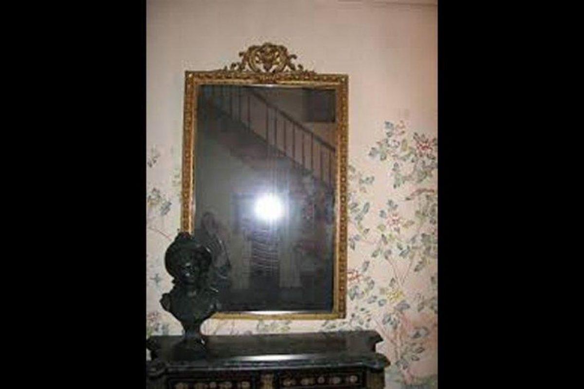Este espejo se halla en Myrtles Plantation, una de las casas embrujadas más espeluznantes del mundo.El inmueble está en una plantación que data de 1796 yen dicho lugar han ocurridos salvajes asesinatos. Luego se supo que la edifición está sobre un cementerio indígena. Foto:Reproducción. Imagen Por: