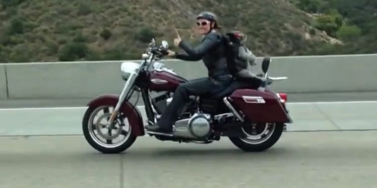 VIDEO: ¡Qué risa! Conoce al perrito motociclista