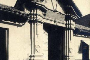 Vista fachada de la Posada Santo Domingo de Santiago en 1906. Actual plazuela de calle Santo Domingo esquina 21 de Mayo. Foto:Fotos Históricas de Chile. Imagen Por: