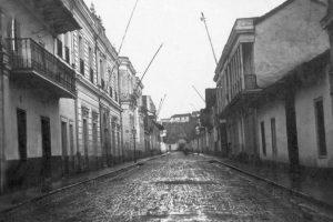 Vista de calle Huérfanos hacia el cerro Santa Lucía de Santiago en 1864. Foto:Fotos Históricas de Chile. Imagen Por: