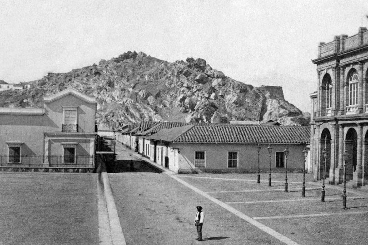 Vista del Teatro Municipal y Cerro Santa Lucía de Santiago en 1860. Foto:Fotos Históricas de Chile. Imagen Por: