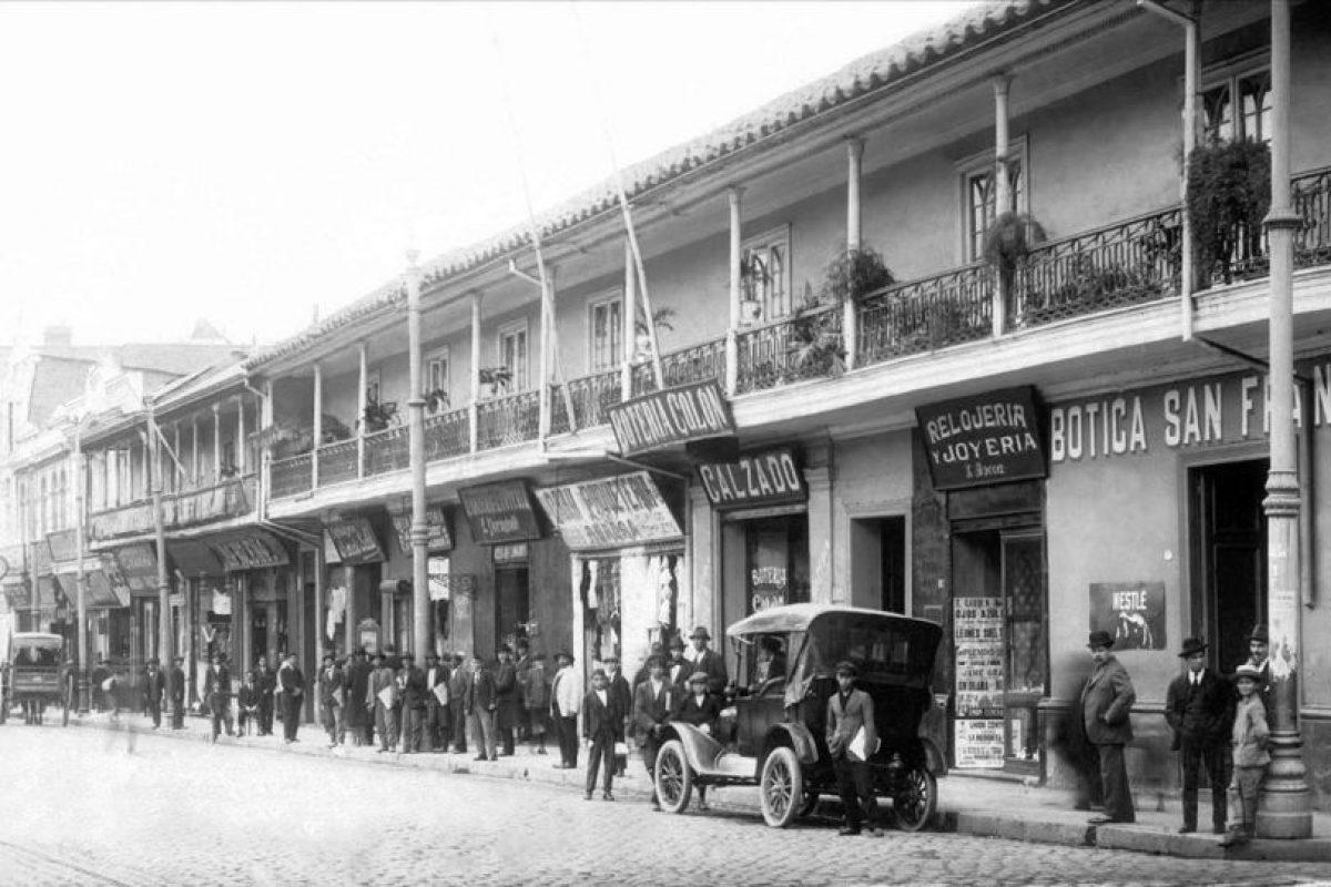 Comercio en la Alameda de Las Delicias desde calle San Antonio al poniente de Santiago en 1910. Foto:Fotos Históricas de Chile. Imagen Por: