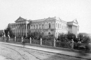 Vista del ex Congreso Nacional desde calle Catedral de Santiago en 1896. Foto:Fotos Históricas de Chile. Imagen Por: