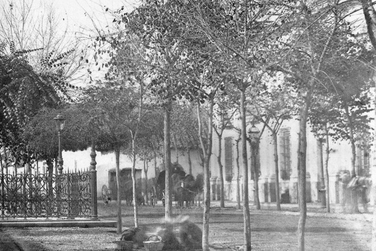 Vista de Plazuela Portales, Palacio de La Moneda y esquina de calles Moneda y Morandé de Santiago en 1863. Foto:Fotos Históricas de Chile. Imagen Por: