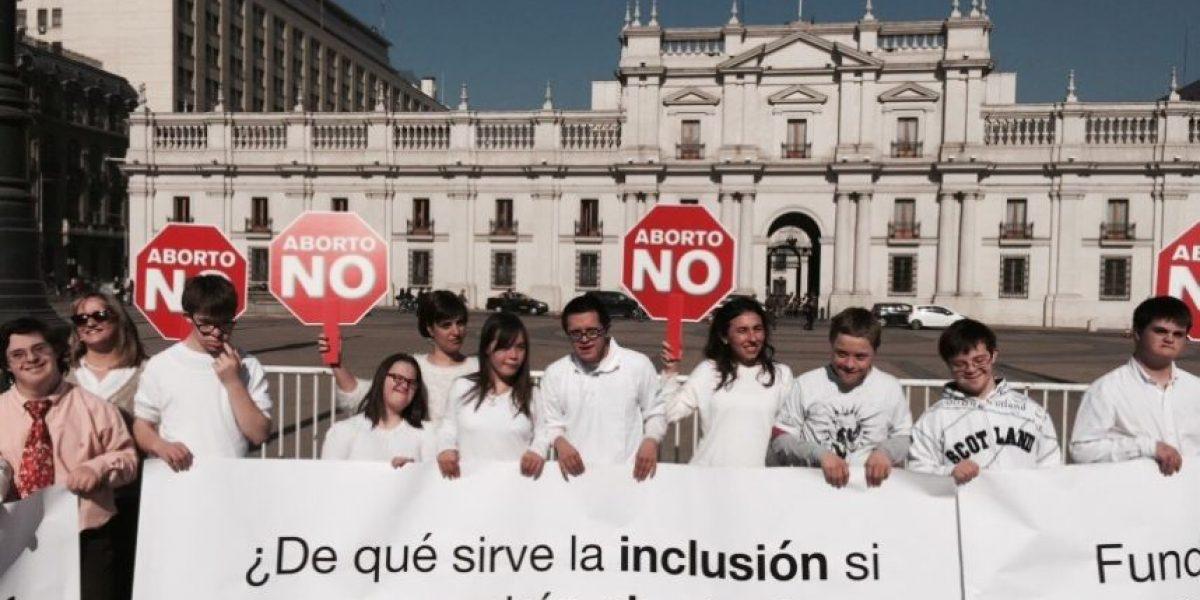 Jóvenes con síndrome de Down impactan a transeúntes frente a La Moneda