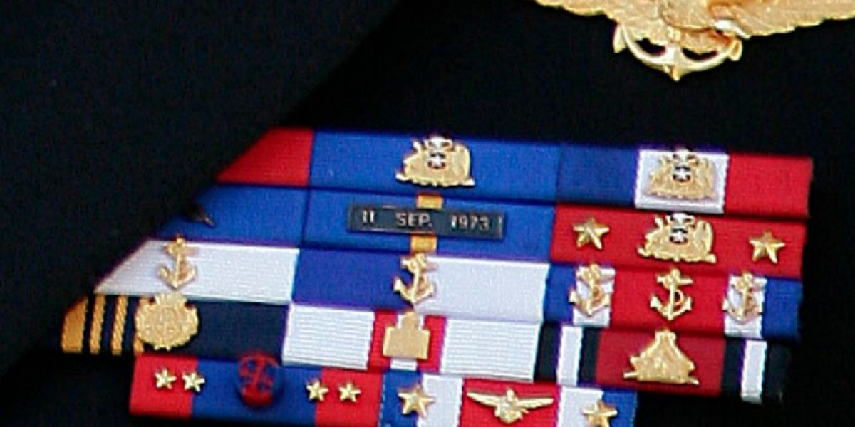 Exigen sanciones a alto mando de la Armada por medallas golpistas