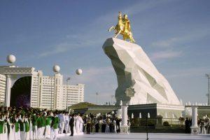 1. Kurbanguly Berdymujamedov- El presidente de Turkmenistán erigió una estatua en su honor, cubierta en oro de 24 quilates. Foto:AP. Imagen Por: