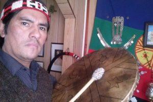 Tiene un kultrún en sus manos y de fondo, una trapelakucha y la bandera del pueblo mapuche Foto:Gentileza. Imagen Por: