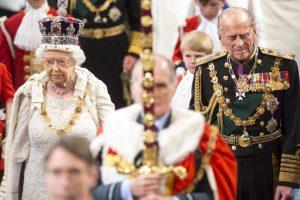 4. La reina llegó más temprano al evento para que el joyero Martin Swift le diera un último vistazo a la corona. Foto:Getty Images. Imagen Por: