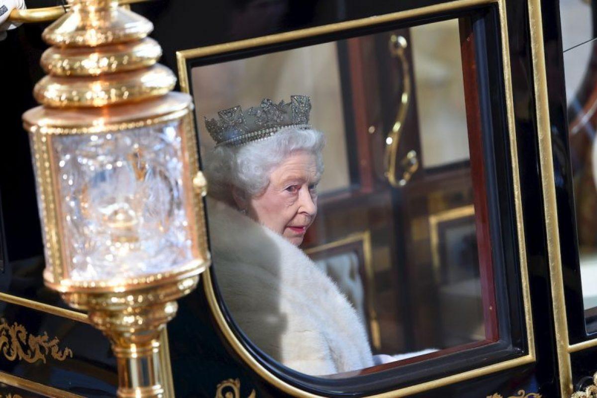 3. La capa de armiño carmesí tiene un peso de siete kilos (15 libras). Foto:Getty Images. Imagen Por: