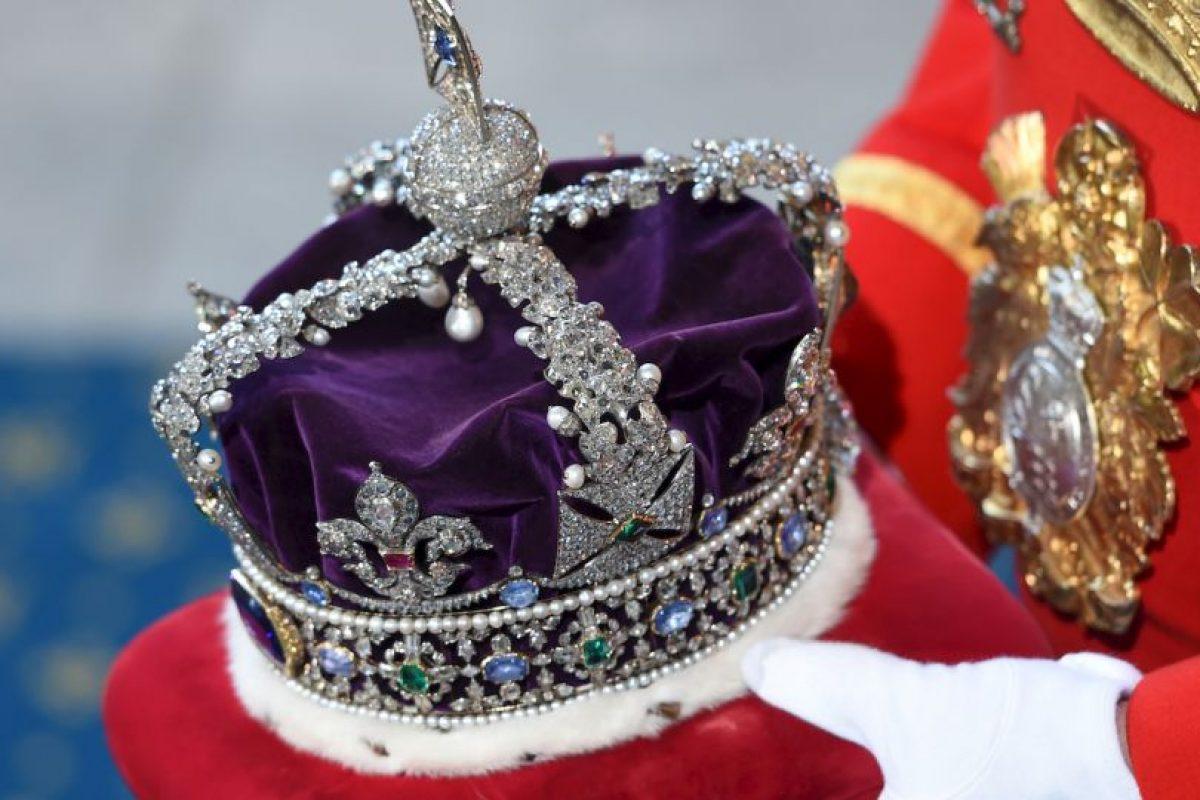 """2. Dicha corona cuenta con múltiples piedras preciosas. Según la revista """"Hola"""", entre las piedras que tiene hay un diamante de 317,40 quilates, un rubí, entre otras. Foto:Getty Images. Imagen Por:"""