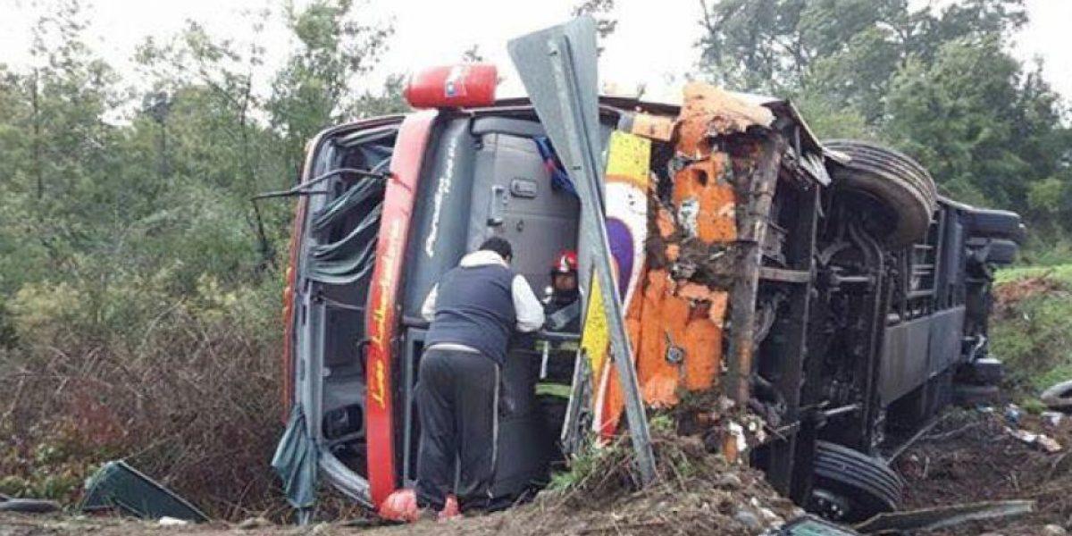 Volcamiento de bus deja saldo de 17 heridos en Valdivia