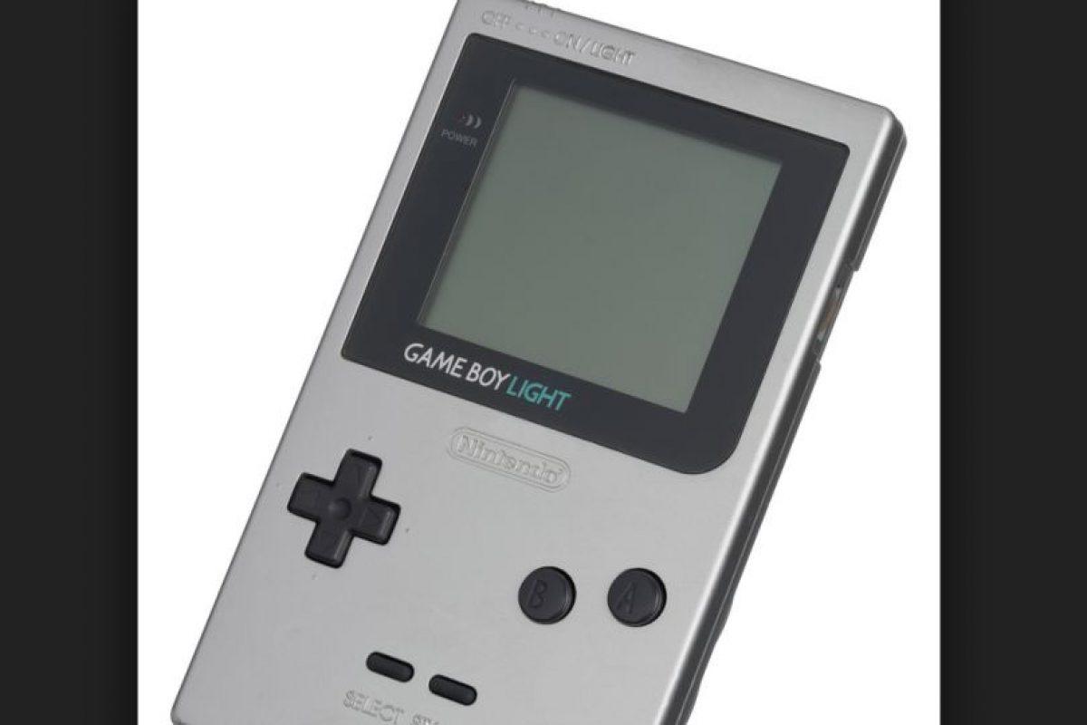 La Game Boy es oficialmente la tercera consola mas vendida del mundo y por encima de la Playstation. En la imagen pueden ver el modelo Game Boy Light, que salió a la venta únicamente en Japón en 1997 Foto:Nintendo. Imagen Por:
