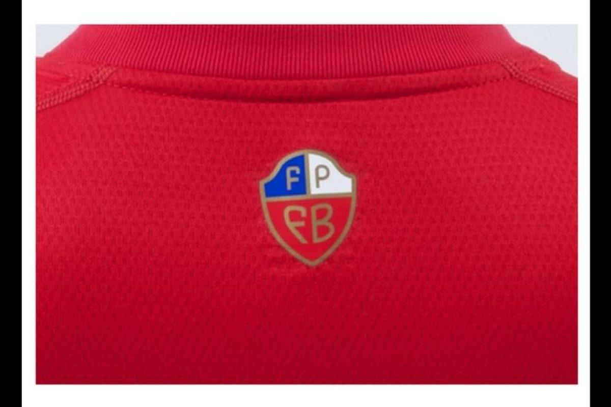 Este logotipo fue muy criticado por llevar los colores de Chile. Foto:Umbro. Imagen Por: