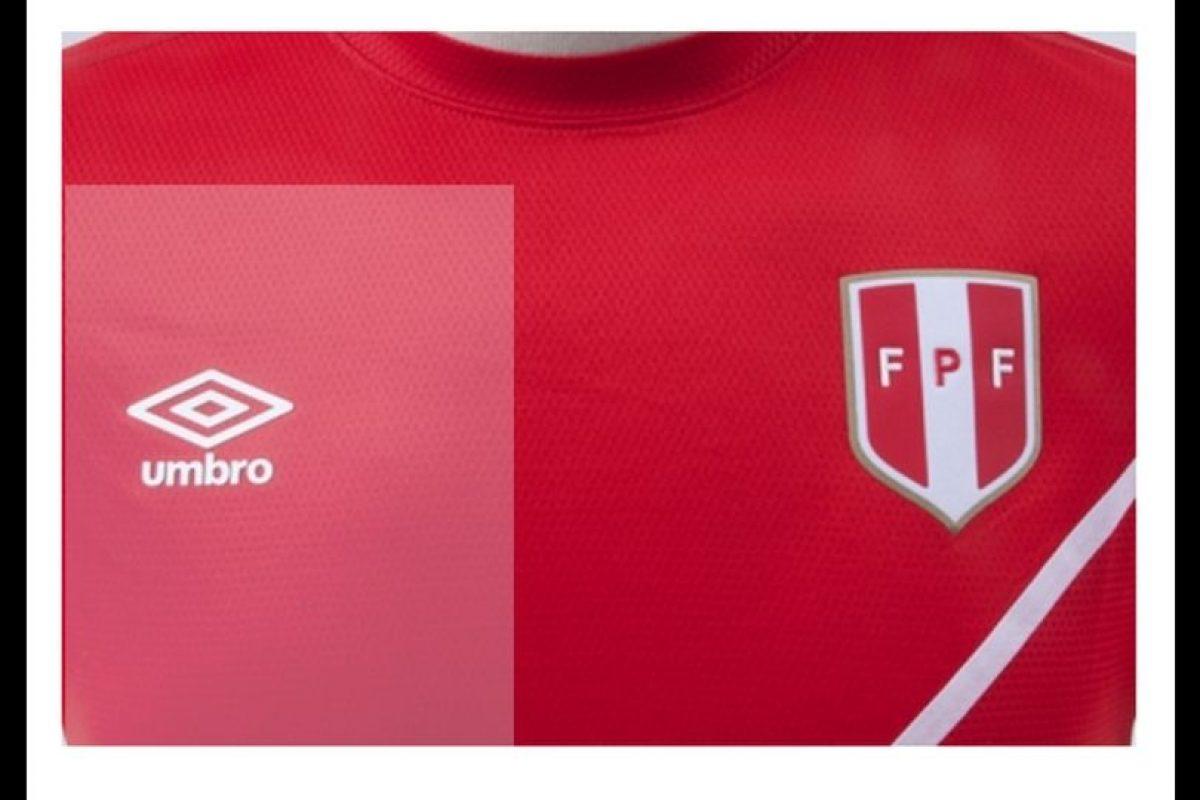 """Los """"incas"""" saldrán con una camiseta en rojo y una raya blanca muy delgada atravesando el diseño. Foto:Umbro. Imagen Por:"""