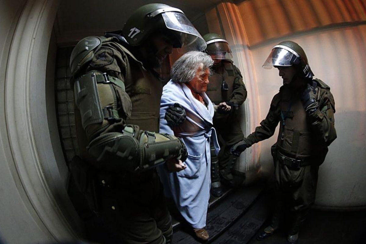 Evacuación de adultos mayores en Santiago a raíz de acción de encapuchados Foto:Agencia Uno. Imagen Por: