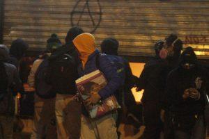 Locales en la capital sufrieron la acción de encapuchados. Imagen Por:
