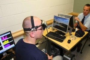 La técnica de hacer la actividad cerebral perceptible a los sentidos (como grabar las ondas cerebrales con un electroencefalograma y presentarles visualmente o de manera unible) para alterarla conscientemente. Foto:Wikimedia.org. Imagen Por: