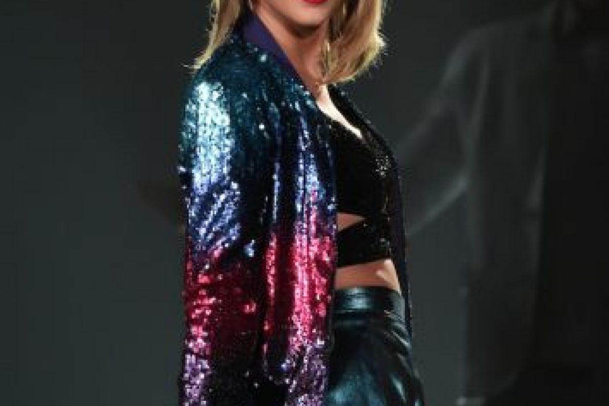 """""""La buena fe, y ser una megaestrella global que no sólo rompe récords de ventas y cautivó al mundo con sus canciones fantásticamente honestas, sino porque se ha mostrado como una impresionante mujer de negocios"""", declaró dicha publicación. Foto:Getty Images. Imagen Por:"""