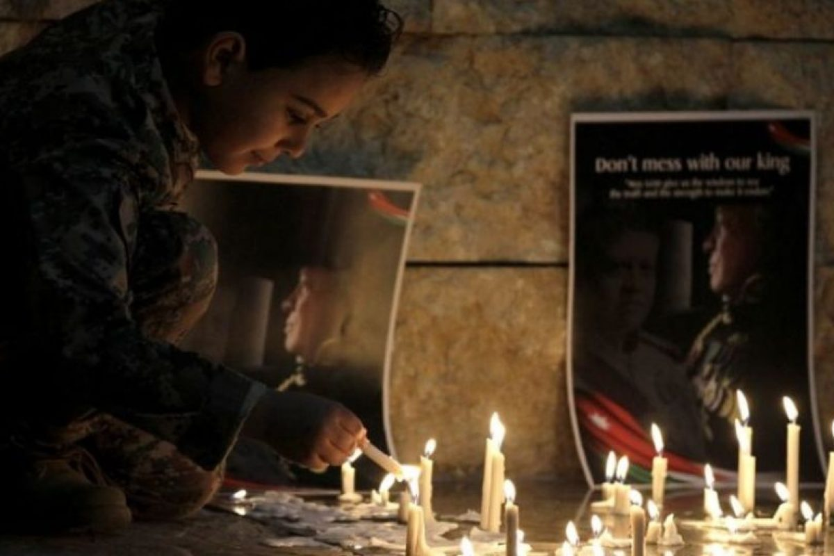 """El 3 de febrero, Estado Islámico publicó un video llamado """"Healing The Believers"""" en el que mostró como quemó vivo al piloto jordano Mu'ath al-Kaseasbeh. Estas imágenes le dieron la vuelta al mundo Foto:AFP. Imagen Por:"""